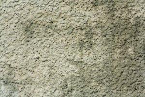 čištění špinavé stěny