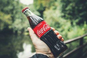 odstranění žvýkačky coca colou